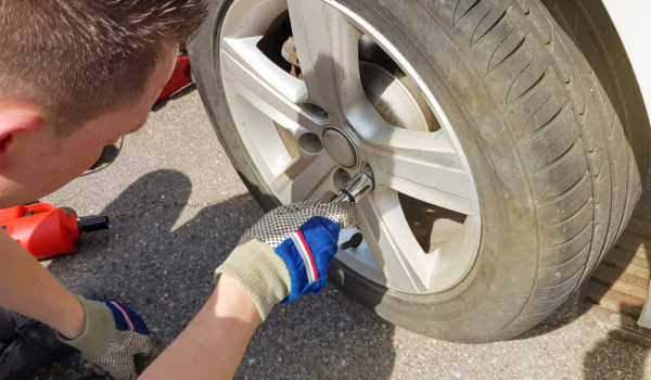3 Easy Ways to Mount a Tire